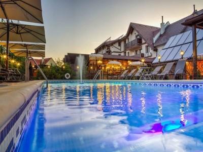 Paște 2021 la Conacul Ambient 5* și Resort Ambient 5* din Cristian, Brașov, cu piscină interioară. Variantele de 3 și 4 nopți cu mic dejun + un mare Prânz Pascal, cu peste 10 feluri de bucate tradiționale.