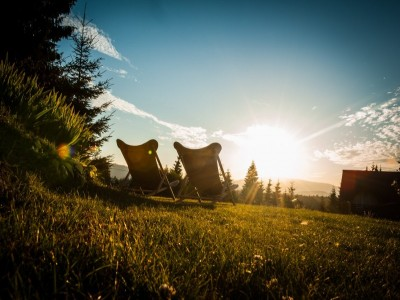 Evadare în Munții Apuseni pentru recapitulare în amor: degustare de plăcinte de casă + cină romantică + o sticlă de vin în cameră. Variantele cu 2-4 nopți și 2 mese pe zi în pensiune premium. Te invită Clujul!