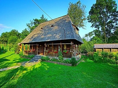 Evadare gourmet în Maramureș: cazare în casă de patrimoniu, 2 ospețe pe zi + plimbare cu Mocănița + prânz în pădure. Opțional: relaxare în piscine la Ocna Șugatag, lecție de ceramică acasă la artist, seară cu ceterași inepuizabili. Variantele 2-6 nopți.