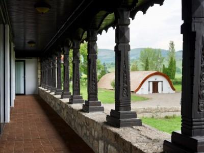 Degustare de 10 vinuri nobile la Cramele Apogeum si Mierla Albă, Prahova - podgoria Dealu Mare. Variantele cu una sau două nopți de cazare premium și două mese pe zi la Conacul Apogeum.
