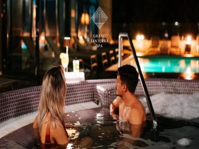 Minivacanță de lux în sălbăticie: relaxare la Balvanyos Resort 4*. Variantele 2-5 nopți cu mic dejun și acces la spa exterior în inima munților și a iernii.
