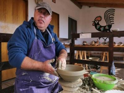 """""""Aventuri în Oltenia de sub Munte"""": curs de ceramică cu meșter la Horezu + (opțional, de la min. 4 adulți) plimbare cu căruța + picnic în pădure. Cazare cu demipensiune, variantele 2 - 5 nopți, la un han splendid."""
